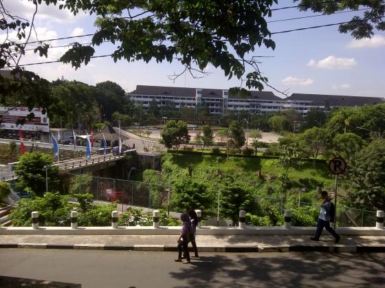Penampilan depan UMM dari jalan raya Tlogomas