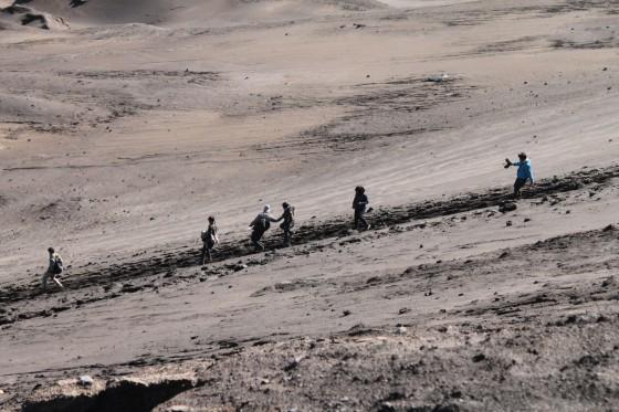 Pengunjung melewati lereng
