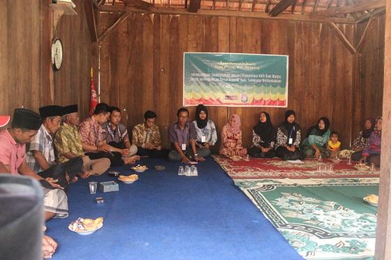 Kumpul: Warga dan Mahasiswa KKN mendiskusikan program dan kegiatan kedepan.
